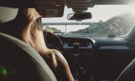 mulher volante - Mulher no volante